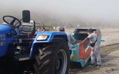 Entrega maquina limpia playas al Centro Naval de Ancon